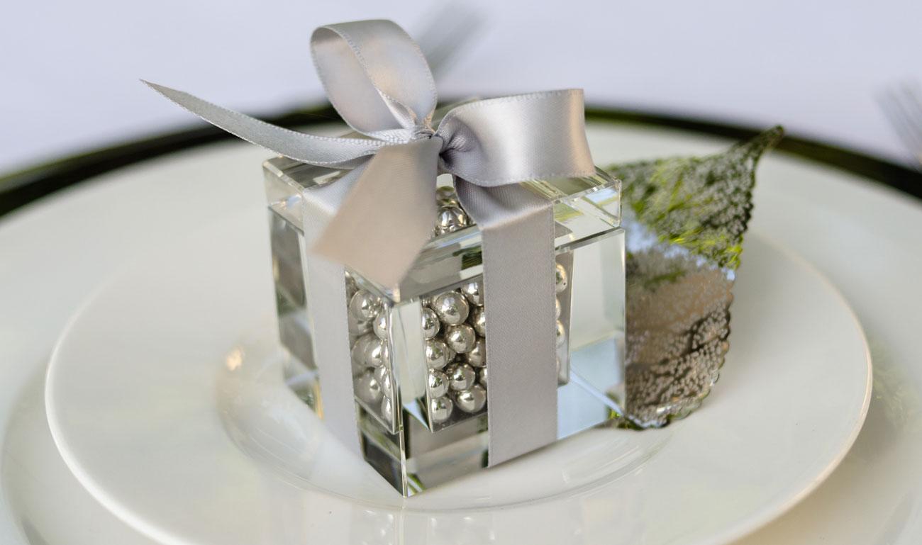 Bomboniere-quadrifoglio-matrimonio-scatola-trasparente-con-palline-argento