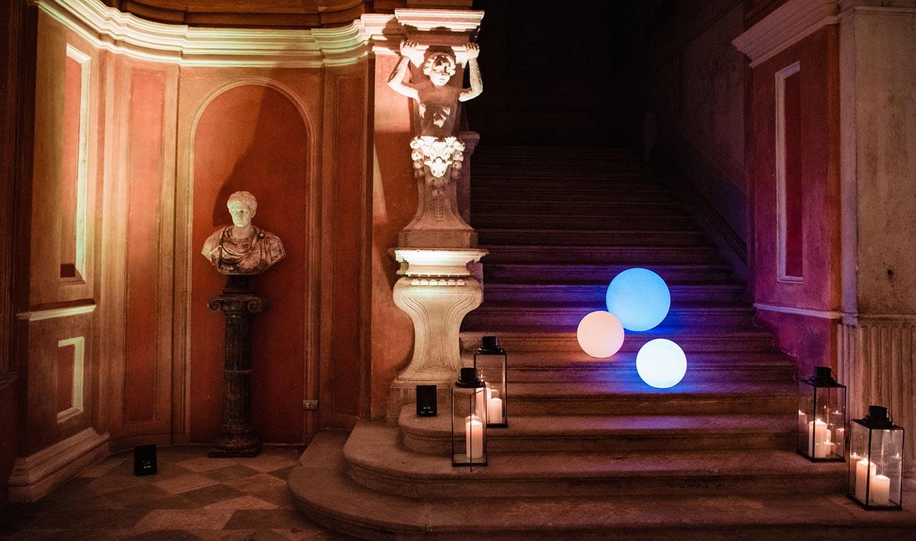 allestimento-riflessi-di-luce-quadrifoglio-liste-nozze-sfere-luminose-colorate